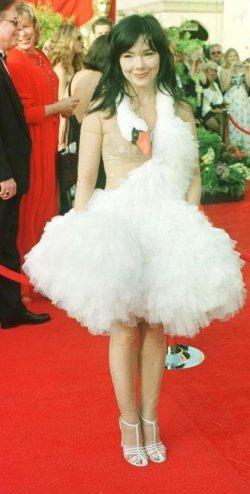 Bjork-wearing-swan-dress